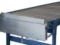Un fermapacchi pneumatico installato su una rulliera a gravità