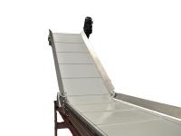 Un nastro trasportatore alimentare, con parte iniziale in piano e parte in salita, con tappeto bianco completo di facchini