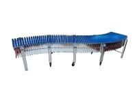 Una rulliera estensibile in acciaio zincato, con rulli in plastica di colore blu