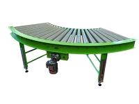 Rulliera curva motorizzata di colore verde, a 90 gradi, a rulli conici in plastica di colore grigio
