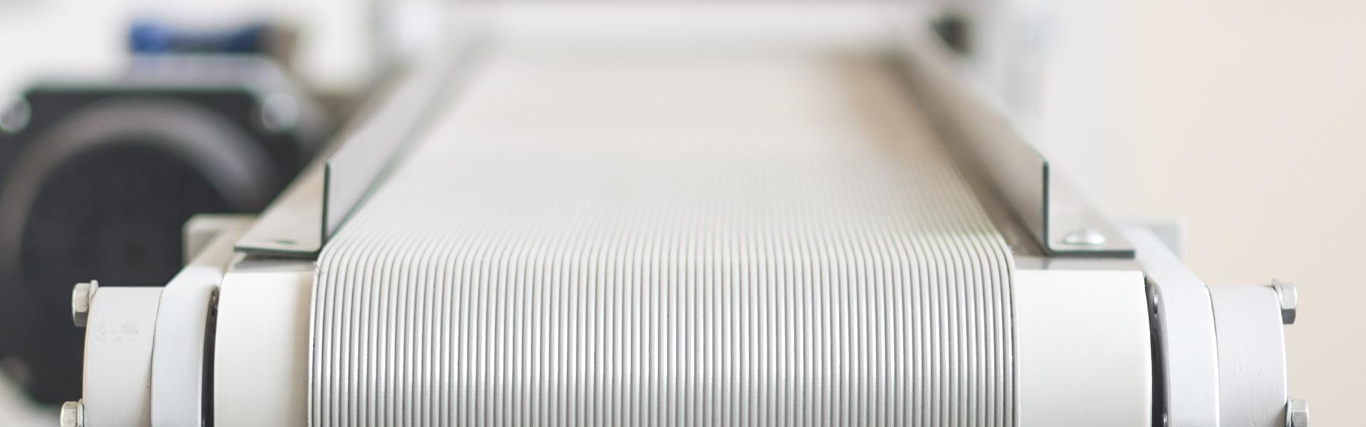 Un tappeto di colore bianco di un nastro trasportatore